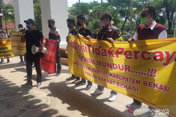 Kirab duduki DPRD Bekasi sampaikan mosi tidak percaya