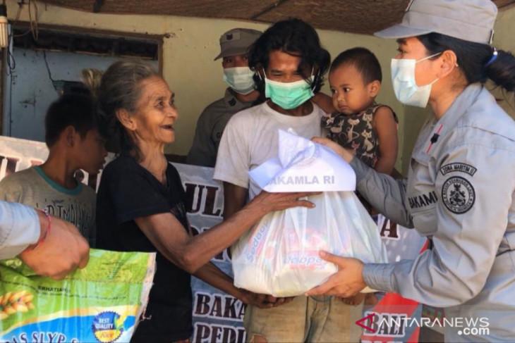 SPKKL Bali salurkan bantuan beras bagi masyarakat pesisir terdampak PPKM