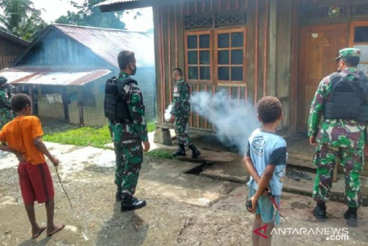 Satgas TNI lakukan fogging rumah warga perbatasan Papua cegah penyakit