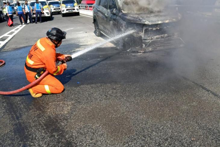 Mobil pegawai Setjen DPR terbakar saat melaju di tol