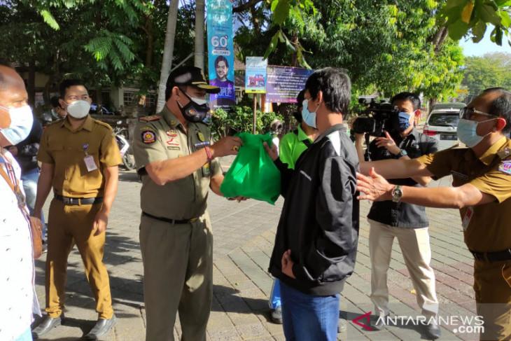 Tim Yustisi Denpasar pantau bagi sembako sekaligus pantau prokes