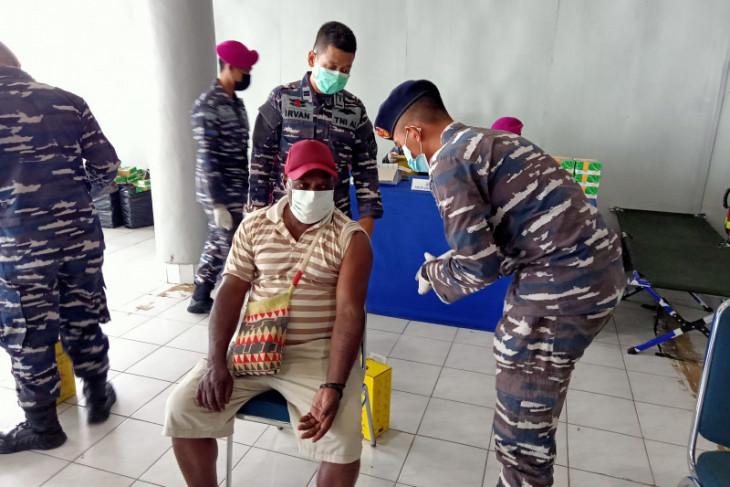TNI AL telah memvaksinasi 19.056 warga wilayah Maluku dan Papua