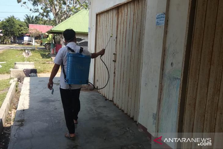 Disperindagkop Mukomuko rutin semprotkan disinfektan di pasar