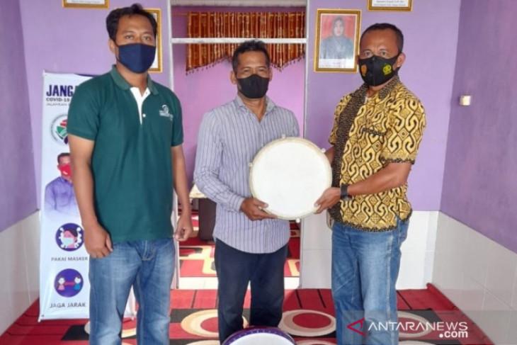 CSR PT SAM berikan alat rebana  di Desa Bajayau Tengah dan Desa Paramaian