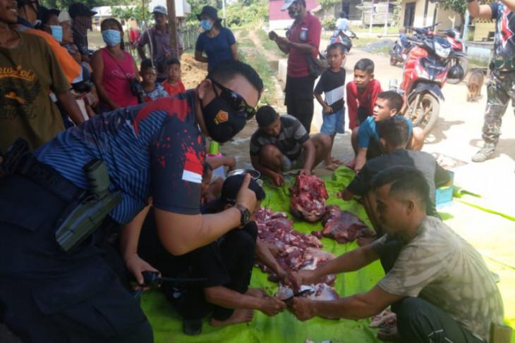 PT SRM bagikan sapi kurban ke warga