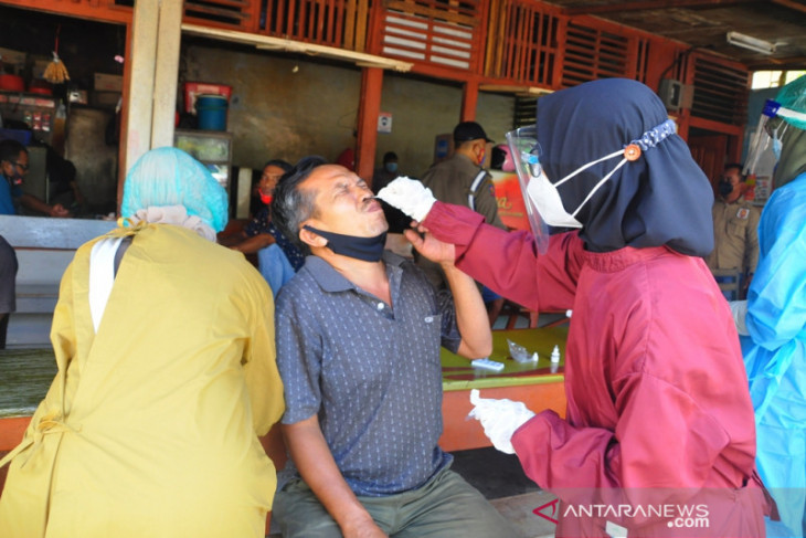 Pemkab Belitung Timur swab antigen secara acak sejumlah pedagang