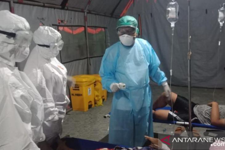 Petugas medis RS Madani Palu merawat pasien COVID-19 di tenda darurat