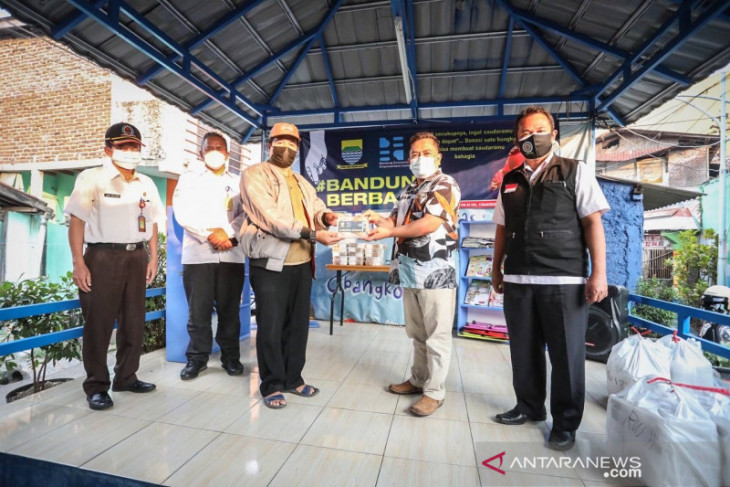 Bandung residents come forward to help one another amid pandemic