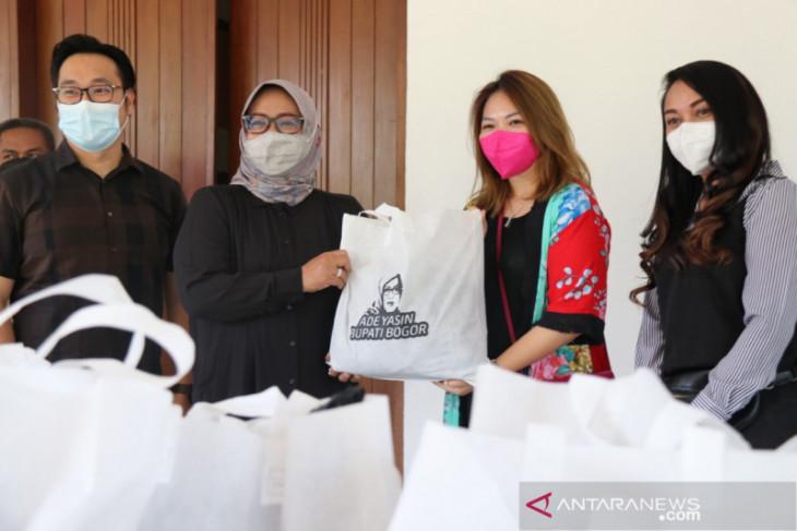 Bupati Bogor terima 300 paket sembako bantuan pandemi