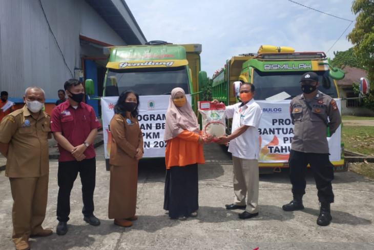 Kantor Pos Putussibau salurkan beras PPKM hingga ke batas RI-Malaysia