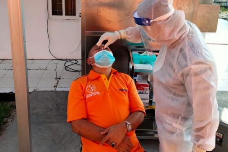 Peserta dan panitia KKN Kebangsaan lakukan rapid test antigen