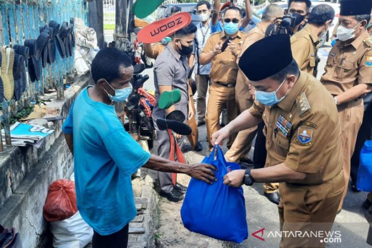 Gubernur Jambi salurkan bantuan pangan bagi pedagang kecil