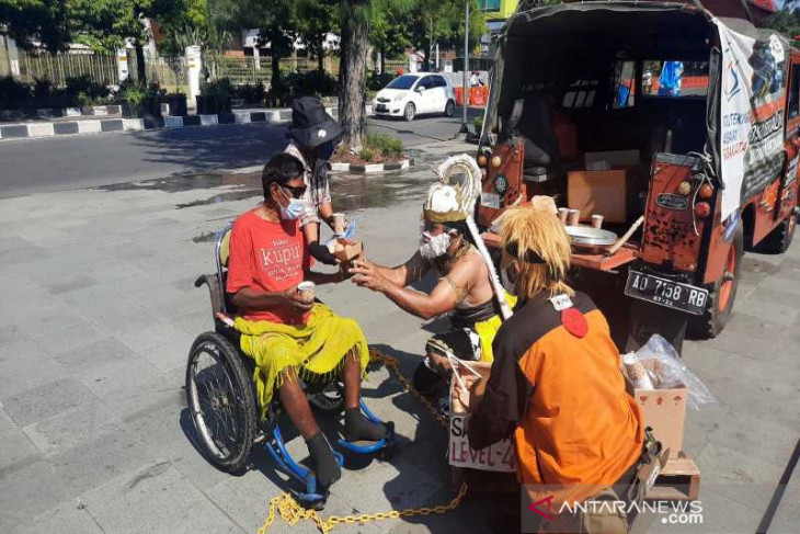 'Hanoman', 'Naruto' hand out free eggs to Solo residents
