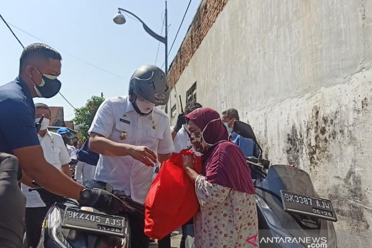 Wali Kota Medan ikut bagikan sembako untuk warga terdampak PPKM