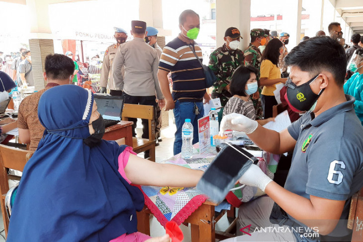 Vaksinasi merdeka hingga tukang bakso layani pasien COVID