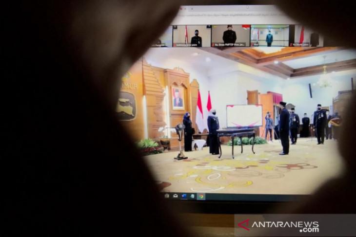 Gubernur Khofifah lantik 16 kepala OPD secara daring-luring
