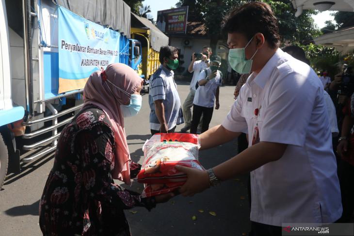Salurkan Beras Bantuan PPKM Kediri