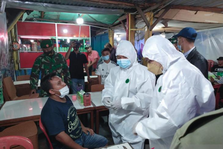 Tim gabungan Kabupaten Bangka Barat lakukan tes usap acak di lokasi keramaian