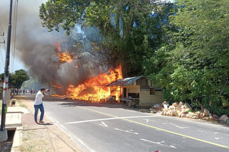 Sembilan kios souvenir kerajinan rotan Lhoknga terbakar