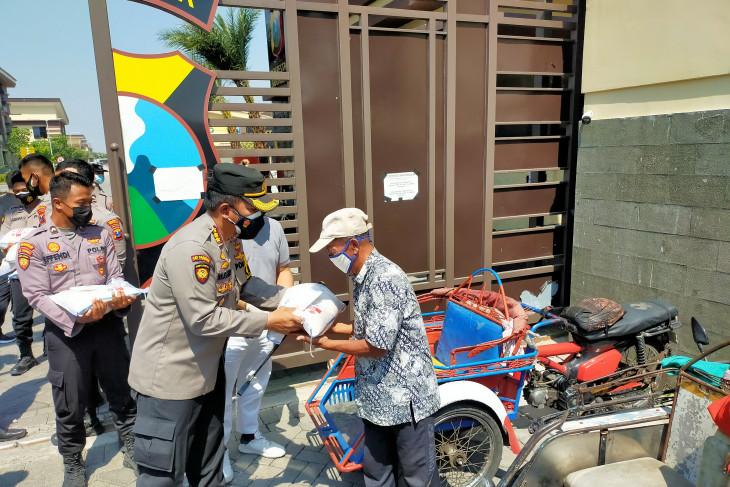Polresta Sidoarjo salurkan bantuan kepada penggali makam dan nelayan