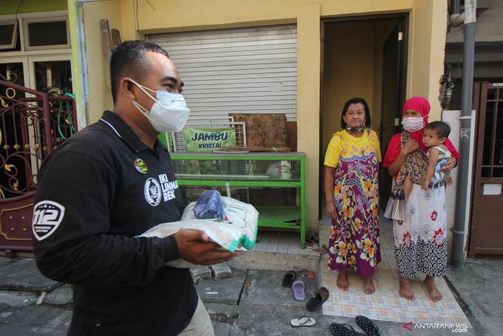 Pembagian Bantuan Beras di Surabaya