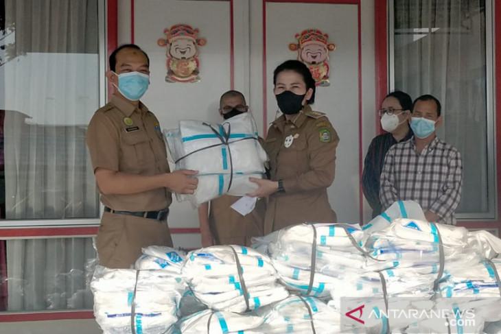 Puskesmas dan rumah sakit di Singkawang terima bantuan APD