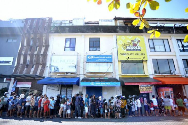 Warga antre nasi bungkus gratis di Kuta