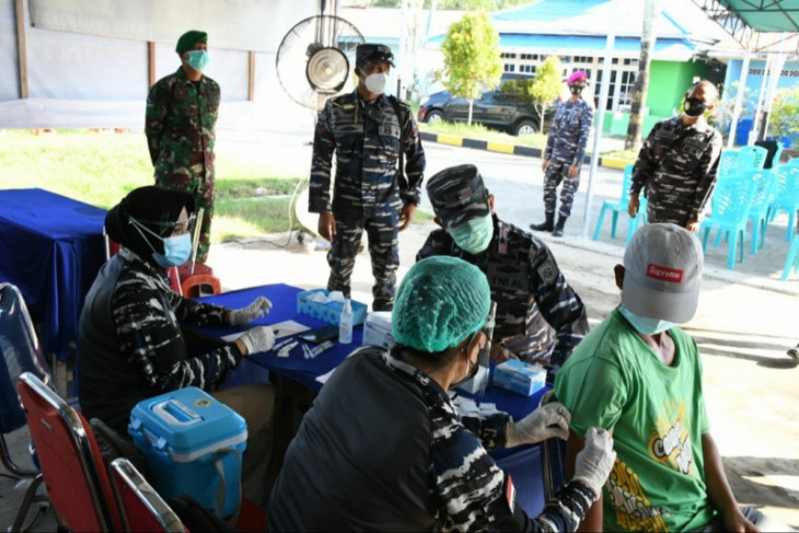 Lantamal XII Pontianak kembali vaksinasi massal ratusan warga di Pemangkat