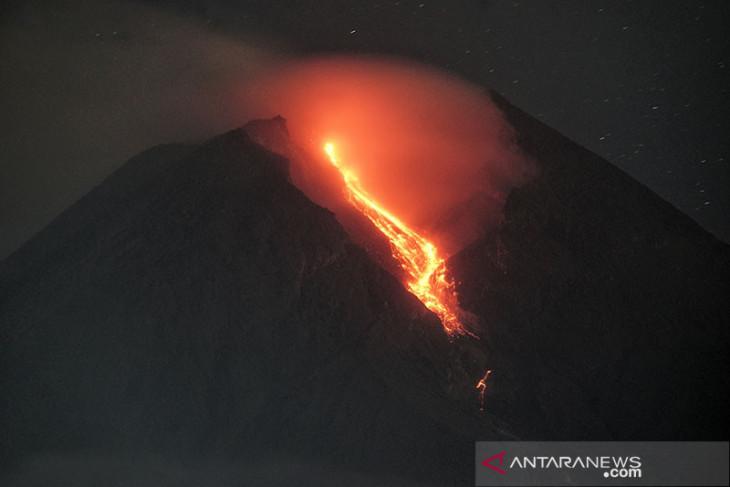 Awan panas guguran Gunung Merapi meluncur sejauh 2,5 km