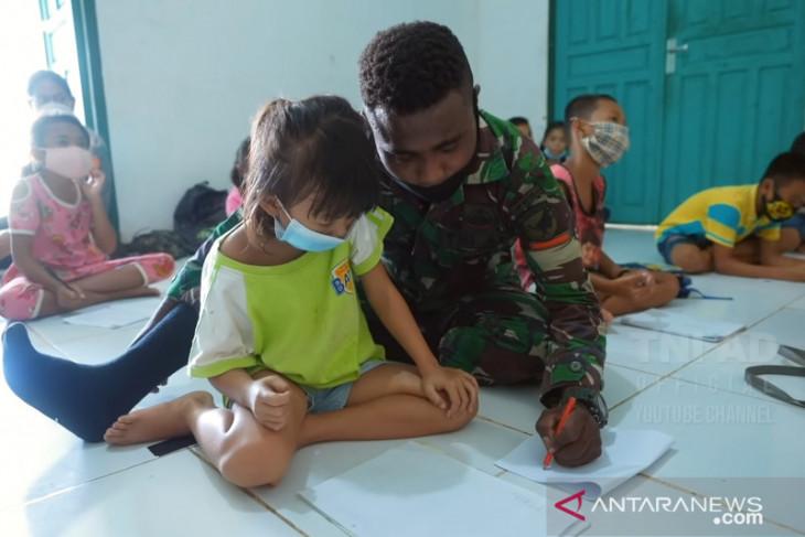 Satgas Pamtas RI-Malaysia beri anak perbatasan wawasan kebangsaan lewat