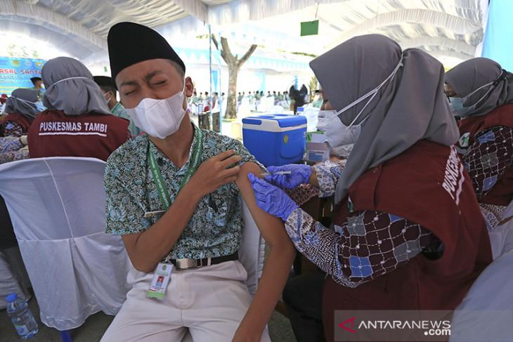 Vaksinasi COVID-19 santri Pondok Pesantren