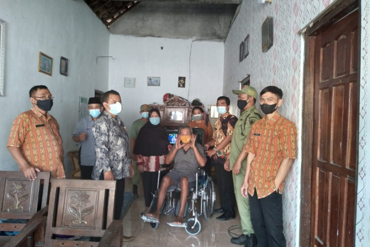 Kediri Social Office provides wheelchairs for people with disabilities