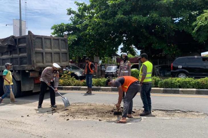 Cegah kecelakaan, polisi lalu lintas tambal jalan berlubang