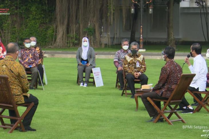 President Jokowi hands over aid for micro enterprises