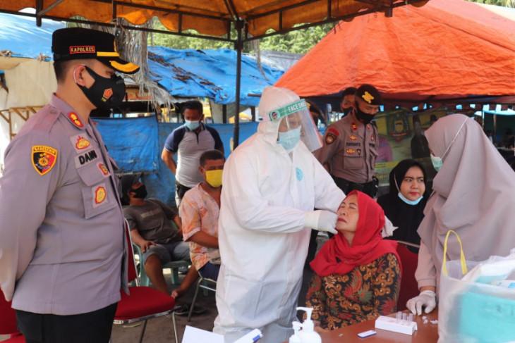 Kapolres Langkat bagikan masker dan saksikan pedagang pasar di-swab