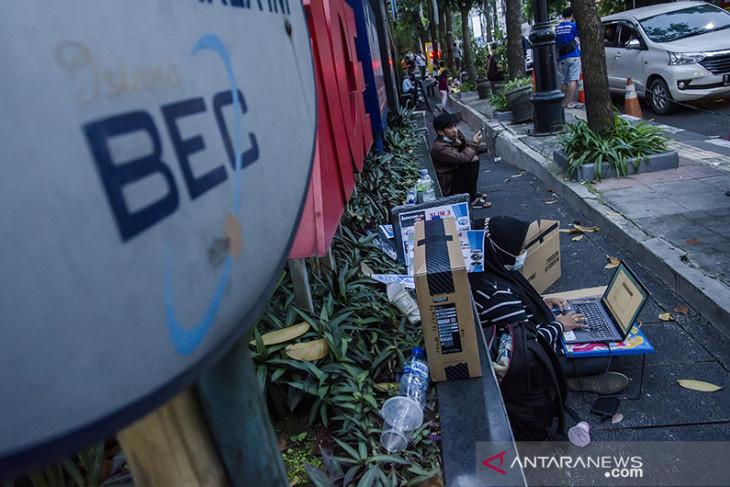 Pedagang gawai berjualan di pinggir jalan