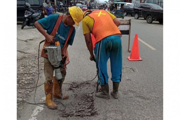 BBPJN tambal jalan rusak di Kepulauan Nias