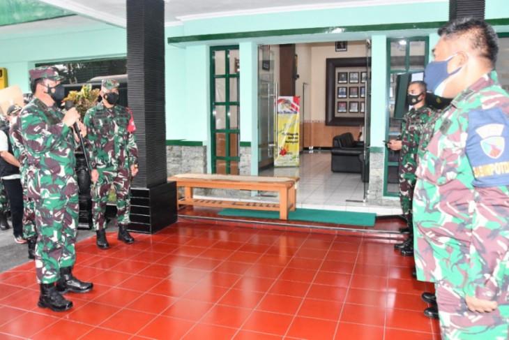 Panglima TNI bagikan laptop untuk tenaga