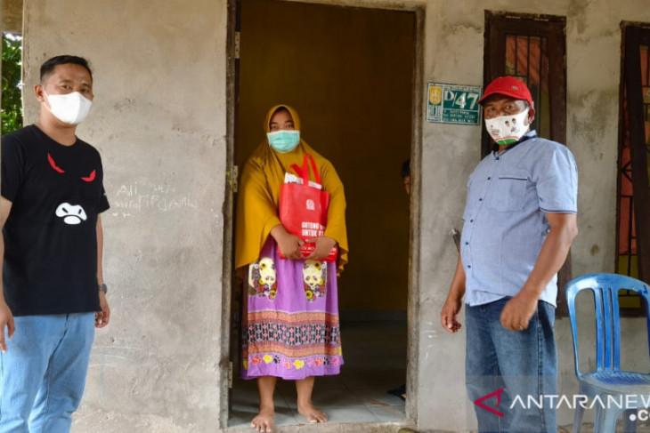 Anggota DPRD Banjarbaru bagikan sembako kepada warga jalani isoman
