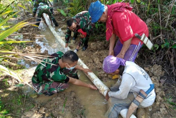 Satgas Pamtas membantu warga perbatasan perbaiki pipa air bersih