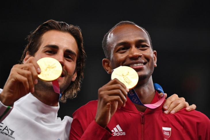 Berkawan baik, atlet Qatar dan Italia berbagi emas di lompat tinggi