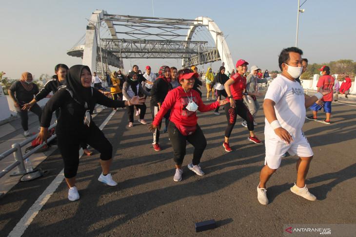 Aktivitas Warga di Jembatan Suroboyo