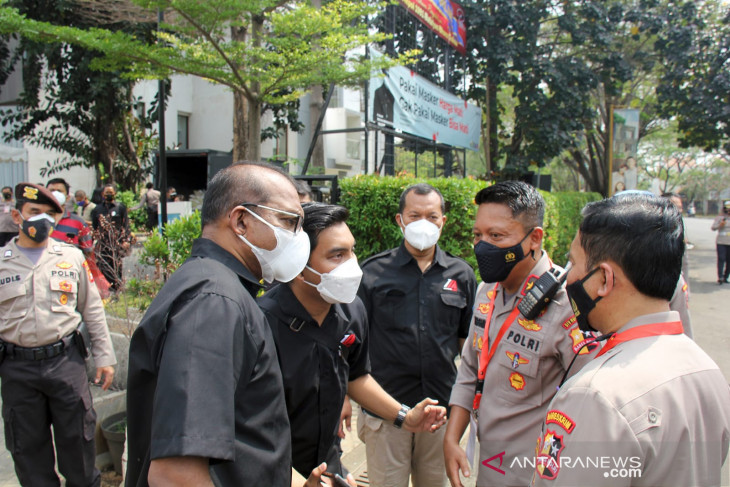Police academy alumni distribute 1,500 relief packages in East Jakarta