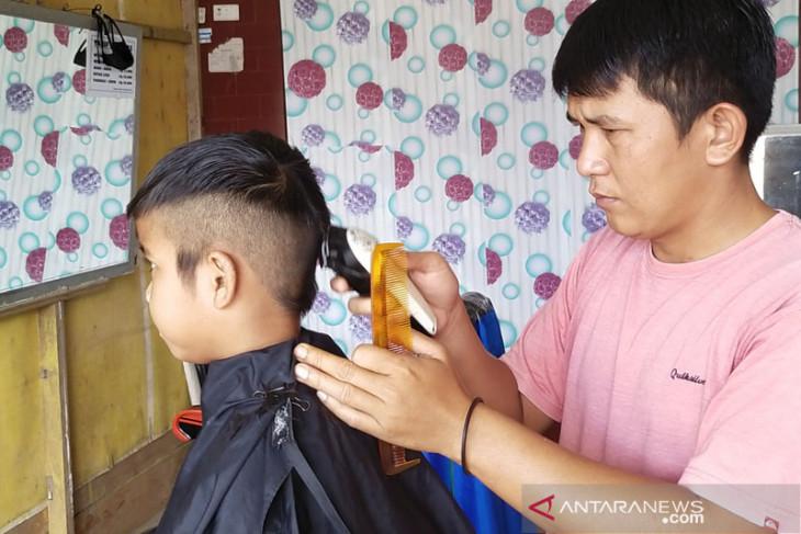 Pandemi COVID-19, pendapatan tukang pangkas di Simeulue menurun