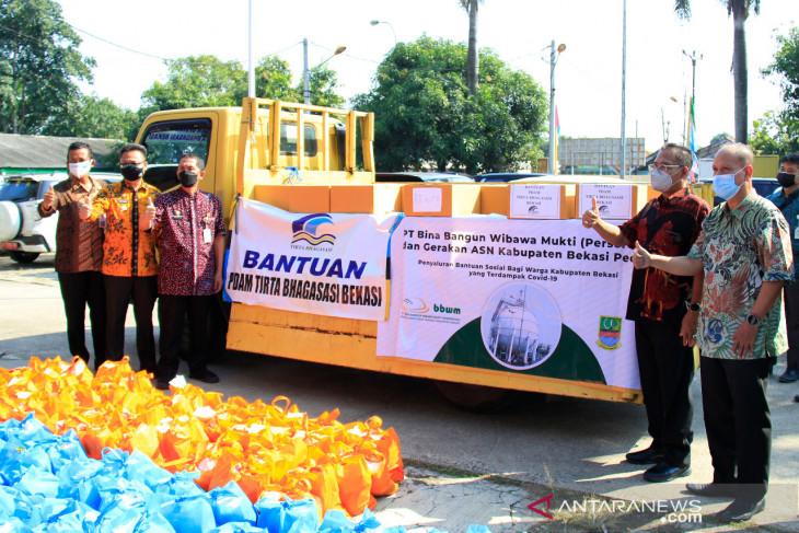 PDAM Tirta Bhagasasi Bekasi salurkan bantuan sembako bagi warga terdampak pandemi