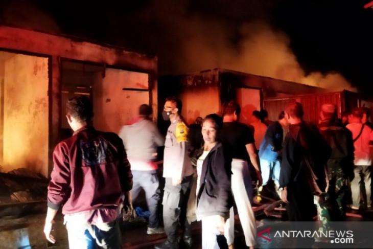 32 kios pasar Batang Toru habis terbakar