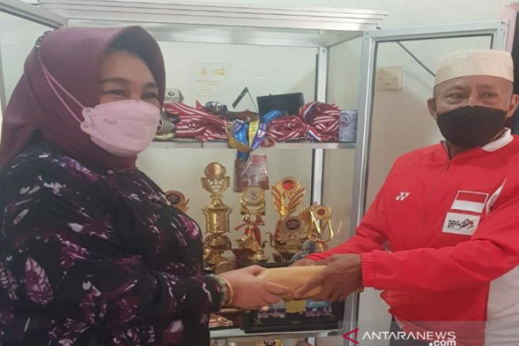 Anggota DPR Tina Nur Alam serahkan hadiah Rp100 juta untuk Apriyani Rahayu