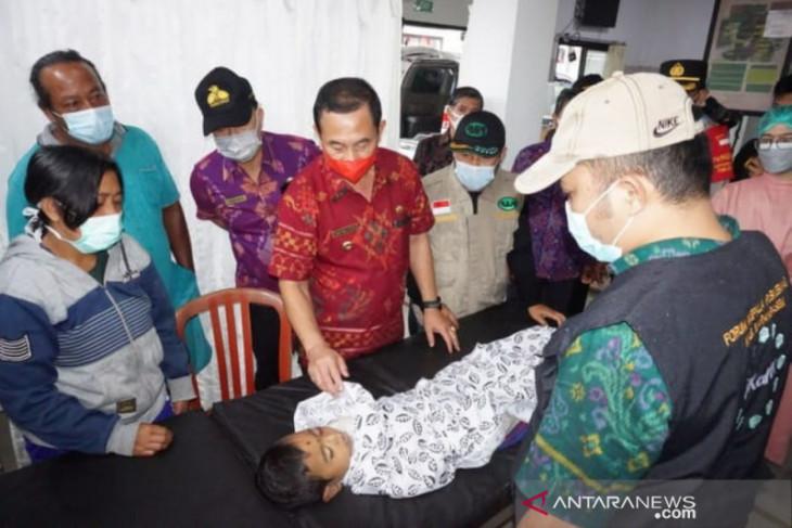 Bupati Karangasem kunjungi korban tanah longsor di Banjar Pejeng