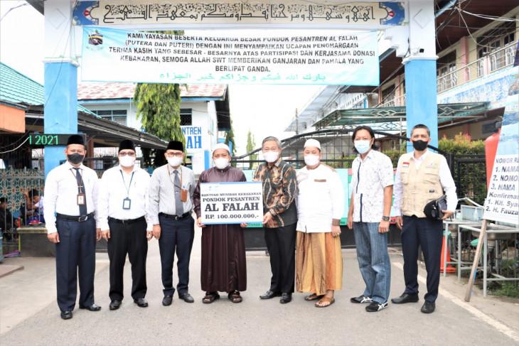 UPZ Bank Kalsel serahkan bantuan untuk Ponpes  Al-Falah Putra
