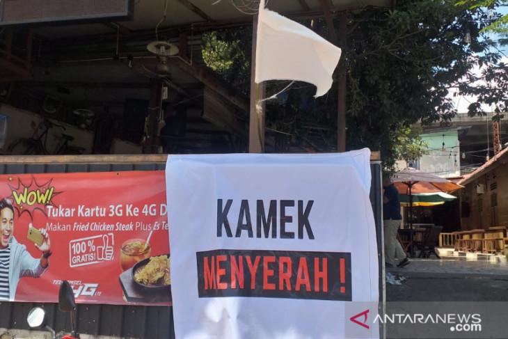 Pelaku usaha di Belitung kibarkan bendera putih tanda menyerah